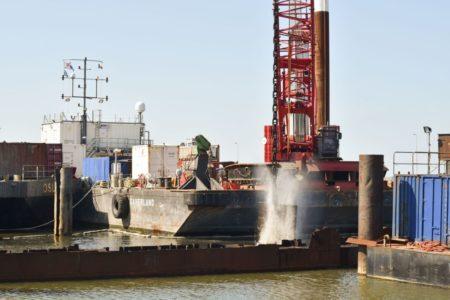 Blech teilt Schiffswrack in Hafenzufahrt
