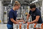 Automobilhersteller Opel und BMW bauen Produktion für E-Mobile aus