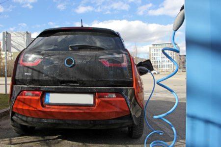 Scheuer kritisiert Lieferprobleme bei Elektroautos