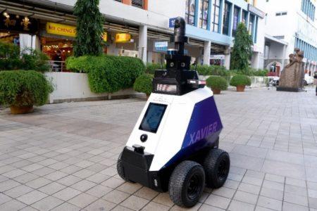 Roboterpolizist rügt Parksünder und Raucher